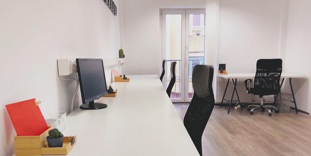 Wat zijn de voordelen van goede bureaus en bureaustoelen?